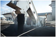 O asfalto também tem sido uma maneira de fazer reciclagem. Os pneus velhos são sempre um problema para a disposição de lixo na cidade. Eles ocupam muito espaço e a sua queima libera gases tóxicos na atmosfera. O que tem sido feito é misturar raspas de pneus velhos ao asfalto, gerando assim o chamado asfalto ecológico ou asfalto borracha. ARENA ASFALTOS LTDA Av. Souza Naves, nº 7000, Chapada – Ponta Grossa/PR. Telefone: 3227-1551 usina@arenapg.com.br