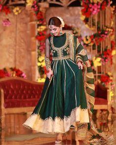 41 Smashing Karva Chauth Outfit Ideas: Trendy and Traditional Pakistani Frocks, Pakistani Mehndi Dress, Pakistani Fashion Party Wear, Pakistani Formal Dresses, Pakistani Wedding Outfits, Pakistani Bridal Dresses, Pakistani Dress Design, Indian Dresses, Indian Outfits