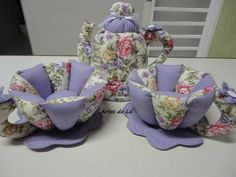 bule-e-2-xicaras-de-tecido-14174-MLB2772088789_062012-F Sewing Hacks, Sewing Crafts, Tea Cozy, Teapots And Cups, Toddler Gifts, Big Shot, Pin Cushions, Diy And Crafts, Armchair