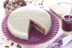 how to make sacher torte White Chocolate Icing, Chocolate Desserts, Fun Desserts, Chocolate Spread, Sacher Torte Recipe, Sweet Recipes, Cake Recipes, Biscuit Cake, Eat Dessert First