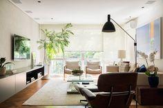 Decoração, decoração de apartamento, decoração para apartamento, decoração moderna, decoração clean, apartamento moderno, apartamento clean, luz natural, sala de estar, sala, plantas, plantas na decoração, obra de arte, quadro.