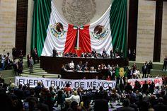 Diputados de Morena protestan en la tribuna de San Lázaro. Foto: Octavio Gómez