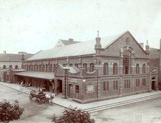 1913 r.,  hala targowa,  Ta  stała w Podgórzu, pomiędzy obecnymi ul. T. Rejtana, Legionów J. Piłsudskiego i Kalwaryjską. Wyburzona pod koniec lat 40
