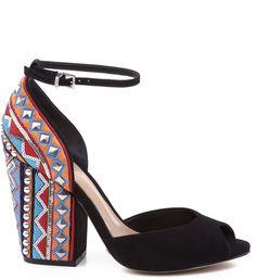 As sandálias de salto bloco se renovam com seus saltos bordados. O modelo é um clássico, perfeito para encaram os dias de trabalho no verão, com charme e sofisticação.