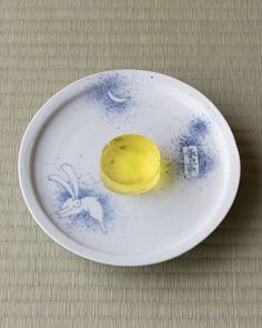 菓=水月/末富(京都)  器=初期伊万里写吹墨兎文皿 加藤清允作 現代 Japanese Deserts, Japanese Plates, Japanese Snacks, Japanese Candy, Japanese Sweets, Japanese Food, Japanese Colors, Pastry Recipes, Dessert Recipes
