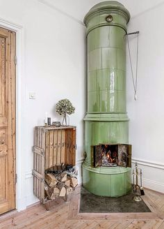 Wood in crate by fireplace ☆ Gothic Kitchen, Antique Stove, Stove Fireplace, Light My Fire, Scandinavian Style, Home And Living, Interior And Exterior, Decoration, Home Goods