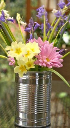 Et godt tip: Billig vase. blomster i tin dåse. Bruger dem selv til krydderurter osv. :)