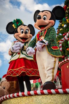Minnie and Mickey Wallpaper Natal, Disney Wallpaper, Mickey Mouse And Friends, Disney Mickey Mouse, Disney Love, Disney Magic, Walt Disney, Disney Couples, Mickey And Minnie Costumes