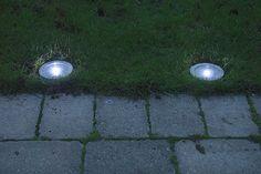 Av plast och rostfritt stål. Grävs till hälften ner i t.ex. grusgången. LED-belysning, lyser 5–8 timmar sommartid. #biltema #markspotlight #utomhusbelysning