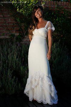 Ximena, marfil y look campestre. Vestido de novia boho chic, en muselina color marfil, con volados en organza bordada y valencianas de guipure. Diseño: Karina Ferreyra. Fotografía: http://eg-fotografia.com.ar - Más fotos: http://mardelplatanovias.com.ar/index.php/nuestras-clientes