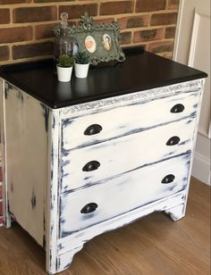 This vintage little chest of drawers has been painted in earthborn clay paint 😊 all rustic and farmhouse finished