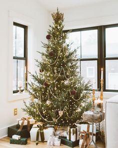 Christmas Eve Box, Christmas Time Is Here, Christmas Tree Themes, Christmas Mood, Merry Little Christmas, Rustic Christmas, Holiday Decor, Minimalist Christmas Tree, Xmas