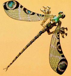 Не знаю, как вы, а я боюсь и люблю насекомых одновременно. В руки бы я жука не взяла никогда: знаю, что не укусит, а — вдруг? Зато я просто обожаю жуков, бабочек, муравьишек, божьих коровок и прочих стрекозочек в украшениях! Брошь. Золото, демонтоиды, бриллианты, жемчуг, опал. 1879 г Насекомые встречались в украшениях во все времена, но настоящая мода на них началась в начале XIX века в связи с развитием естественных наук.