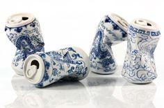 Avec sa série intituléeDrinking Tea, l'artiste chinoisLei Xue s'amuse à créer descanettes de soda en porcelaine, peintes à la main comme les antiques