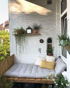 Unsere DIY-Bank ist nun endlich fertig und wir genießen das großartige W… Juhu! Our DIY bank is finally finished and we enjoy the great weather from now on in our summer living room. Apartment Balcony Decorating, Apartment Balconies, Apartment Patio Gardens, Apartment Deck, Apartment Plants, Apartment Interior, Apartment Design, Outdoor Spaces, Outdoor Living