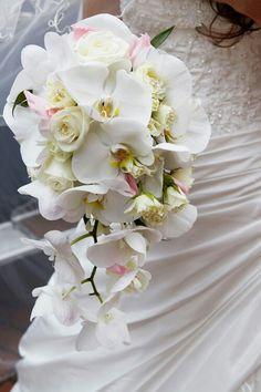 Bó hoa cầm tay lan Hồ Điệp trắng cùng với hoa Hồng mầu trắng và phấn hồng