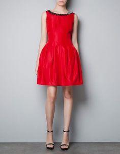 Czerwona sukienka z dekoltem zdobionym kamyczkami, Zara 369 zł