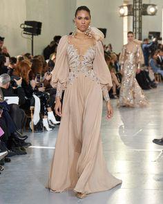 Elie Saab Spring 2020 Couture Fashion Show - Vogue Dior Haute Couture, Elie Saab Couture, Haute Couture Dresses, Fashion 2020, Runway Fashion, Fashion Show, Fashion Week, Daily Fashion, Fashion Fashion
