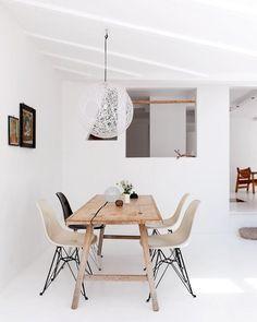 Salle à manger épurée avec les chaises DSR de Charles & Ray Eames et une suspension Random Light de Bertjan Pot