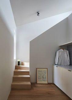 袖珍公寓,北歐極簡 這個公寓改造案是 Sonelo Design Studio 的設計作品,獲得 HOUSES AWARD 2015 以及 2015 ArchiTeam Awards 等獎賞的肯定。原本昏暗且空間破碎不連貫的住家,因為動線不佳、空間機能受到限制,在經過格局重整後變成適合年輕家庭居住的公寓空間,Sonelo設計團隊的巧手改造,獲得許多讚賞。老公寓經過年輕的屋主夫婦購入後,喜歡下廚的他們希望能擁有一個完整的廚房機能,但先前的格局並沒有這樣的規劃,而且室內光線昏暗,採光不足。 Sonelo設計團隊在實地走訪後大膽地做了格局調整,以北歐簡約純白風格為基底,讓小空間保持乾淨簡單而有餘裕感,首先把玄關進入後原本的廊道變身成為餐廚空間,一邊作為料理區和收納櫃,在廊道中央設置中島吧台,並用水藍色系跳色做出區隔,屋主的完整餐廚空間需求被實作出來,後部則是客廳公共區域和閣樓臥房區域,自然光從前後窗邊映射進入,讓公寓變得更加明亮,空間的連續性和清晰度變得完整。 via Sonelo Design Studio