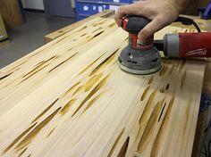 Le bricoleur et geek DIY Mike Warren nous montre dans une vidéo postée sur le site Instructables comment réaliser des tables en bois avec de la résine phot