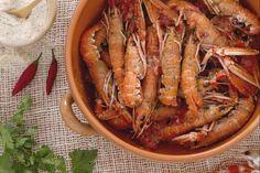 Gli scampi alla busara sono un secondo piatto semplice ma gustoso tipico di Trieste: scampi in guazzetto di pomodoro con prezzemolo e peperoncino!