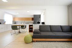 Sedačka, ktorú sme použili v obývačke, sa jednoducho preskladať na posteľ, prípadne na dve samostatné postele. Sedačka má podnož z dubového dreva. Je na nožičkách, čo umožňuje upratovanie robotickým vysávačom. Sedačka je vyrobená v Bánovciach. Sedenie v obývačke sme doplnili hačkovanými puffmi, ktoré obľubujú deti aj návštevy. #jabrocky #minimalistinterior #whiteinterior Sofa, Couch, Kitchens, Furniture, Home Decor, Settee, Settee, Decoration Home, Room Decor