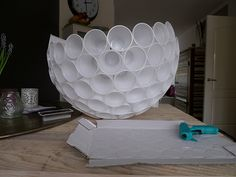 lamp van plastic bekertjes zelf maken Leuk voor mijn toekomstige veranda,.....