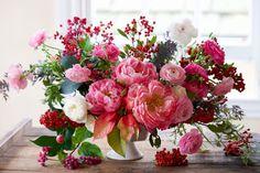 El rosa puede quedar estupendo en cualquier centro de mesa para las fiestas, pero será decididamente navideño ci lo combinas con pequeñas bayas rojas. Vía Tulipina