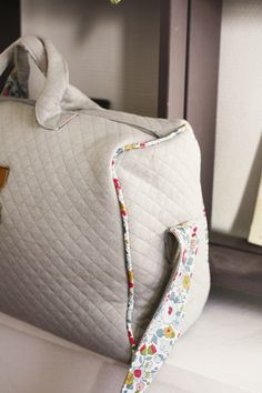 Sac à langer Couture Sewing, Kids Prints, Hobbies And Crafts, Little Babies, Travel Bags, Print Patterns, Sewing Projects, Kids Fashion, Pouch