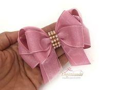 """Materiais Fita N°5 / 7.8"""" Ribbon 2x43cm 2x37cm 2x33cm Linha e agulha Cola quente Alfinetes Régua Miolo e aplique da sua preferência E para compra seus matéri... Diy Hair Bows, Diy Bow, Diy Ribbon, Little Girl Hairstyles, Diy Hairstyles, Hair Bow Tutorial, Hair Beads, How To Make Bows, Handmade Flowers"""