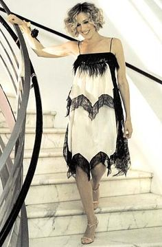 Depuis 1998, Carrie nous en a mis plein les mirettes avec ces outfits extravagants. De judicieuses leçons de mode dont on prend bonne note pour la rentrée. Focus: robe années 20 en soie blanche et dentelle noire.