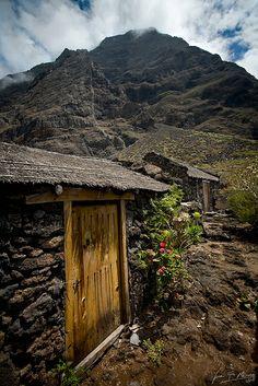 Poblado de Guinea, al fondo el Risco de Tibataje (reducto del lagarto gigante de El Hierro) Canarias  Spain