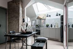 Si mezclamos mármol de Carrara, mobiliario negro y detalles en bronce con una perfecta iluminación de ambiente, conseguimos que la decoración sea sofisticada y elegante, como la de este pequeño áti…