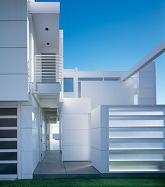 Beach House by Richard Meier (Malibu, California) Chinese Architecture, Architecture Office, Residential Architecture, Architecture Design, Futuristic Architecture, Richard Meier, Famous Architects, Zaha Hadid Architects, Architectural Digest