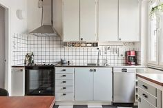 Kök/matplats - Södermalm - Högalid Old Kitchen, Kitchen Reno, Kitchen Dining, Kitchen Cabinets, Kitchen Cupboard Doors, Compact Living, Simple House, Kitchen Styling, Kitchen Interior