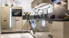 Keukenloods.nl - Xeno Sand Beige. Luxe hoogglans keuken met Zanussi apparatuur. (Showroom: Zwaag)