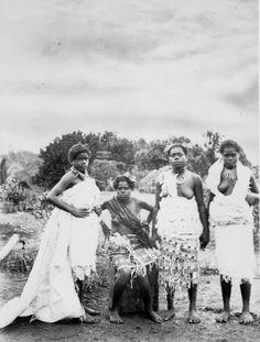 "[Fijian] girls dressed in ""Tapa"" (native cloth) African Tribes, African Diaspora, Figi Islands, Fiji People, Fiji Culture, Afro, Black History Facts, African Girl, Asian History"