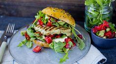 Spicy kyllingburger med mangodressing og jordbærsalsa