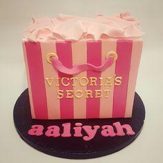Victoria's Secret shopping bag birthday cake 😊🎂💕 #victoriassecret #prettycake #baking #lovebaking #birthdaycake #birthdaygirl #vanillabuttercream #vanillasponge #cakedecorating