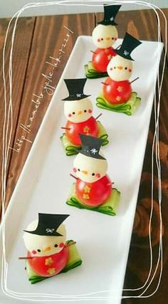 For Christmas ♡ ✱Snowman Pinchos✱ - food+drinks - Comida Recetas Christmas Party Food, Xmas Food, Christmas Appetizers, Appetizers For Party, Christmas Treats, Christmas Cookies, Christmas Snowman, Christmas Door, Appetizer Ideas