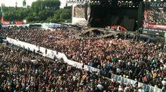 Flashmob vor der Centerstage! Das Publikum geht vor Tenacious D auf die Knie! /// Copyright DASDING.de #rar #rockamring