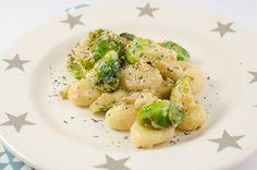 Wenn es schnell gehen muss, kommen Gnocchis genau recht! Dazu eine schmackhafte Sauce und Gemüse - et voila!