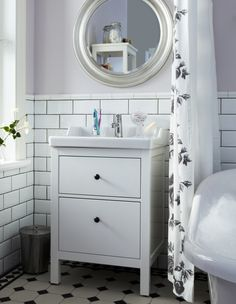 Pamper yourself and enjoy a coordinated look with the SONGE mirror and HEMNES bath cabinets.