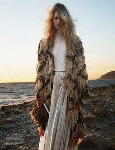 Best Bohemian Outfits for Winters Boho dresses are all about comfortable, relaxed and laid back clothes, but they are still very stylish. Bohemian Mode, Bohemian Style, Boho Chic, Bohemian Fashion, Bohemian Beach, Boho Gypsy, Beach Editorial, Editorial Fashion, Fashion Trends