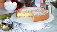 Enbart 6 ingredienser och den saftigaste fluffigaste kaka du kan tänka dig. Och att rabarber och kardemumma är bästisar, det vet vi ju sen gammalt. Fika, Vanilla Cake, French Toast, Cheesecake, Sweets, Breakfast, Desserts, Drinks, Recipes