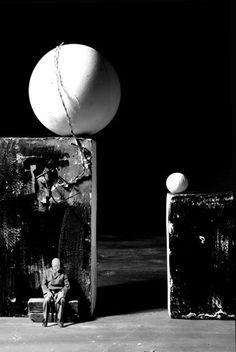 Gilbert Garcin Photomontage, Gilbert Garcin, Poesia Visual, Diorama, Surreal Photos, Surrealism Photography, Scenic Design, Magritte, Portrait Art
