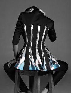 Топ и юбка, все Kenzo; лоферы, J.M. Weston; кафф и кольцо, Repossi; браслеты, Givenchy.