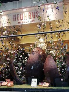 """Das österlich dekorierte Schaufenster des Chocolatiers Neuhaus in der Galerie Royales Saint-Hubert.  Im Jahre 1912 erfand Jean Neuhaus in Brüssel das erste gefüllte """"Schokoladenhäppchen"""", das er auf den Namen """"Praline"""" taufte! Einige Jahre später kreierte seine Frau den """"Ballotin"""" – die Pralinenschachtel, um die kleinen Köstlichkeiten """"artgerecht"""" verpacken und unterbringen zu können. Globe, Europe, Belgian Chocolate, World's Fair, Store Windows, Belgium, Speech Balloon"""