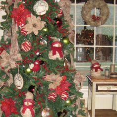 Time to bring out the vintage ornaments and memories of your youth for our Homespun Traditional Christmas Tree! Liberal use of matte finishes and burlap as well as those treasured handmade creations. Florals add welcomed pops of color. A great format in which to add tiny childhood train cars or spool dolls.